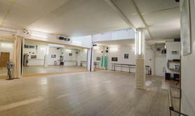 Location d'une salle de danse de 105 m2 à l'heure/année.
