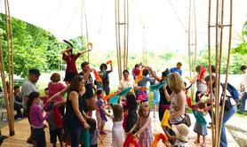 Le Bal a Dom - contes et danse à partager tout public avec échassier