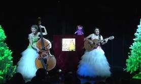 Nina attend le Père Noël, spectacle petite enfance. Duo guitare, contrebasse et voix.