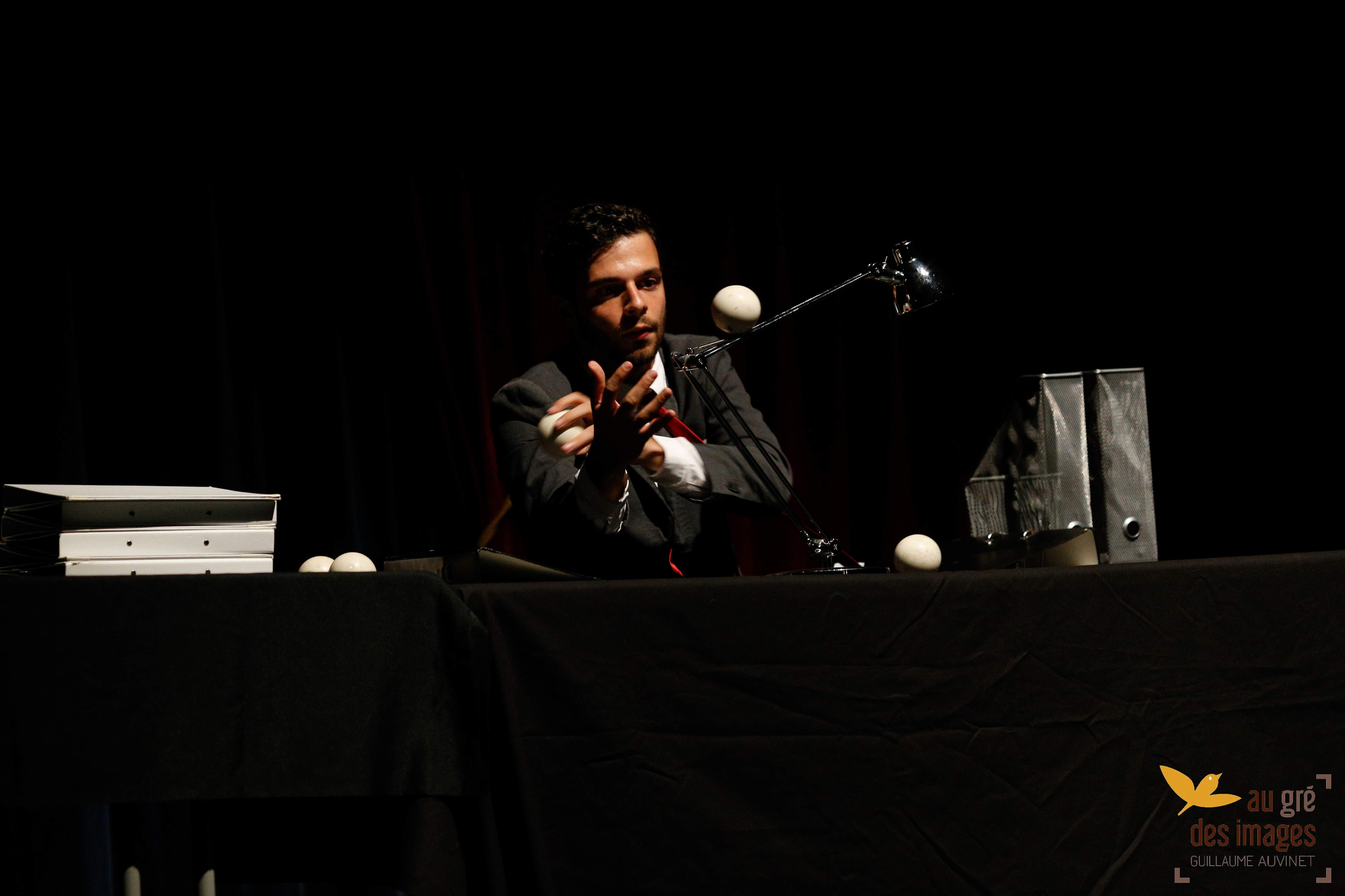 Asaf Mor - Nine To Five - Solo clownesque de jonglerie dansée