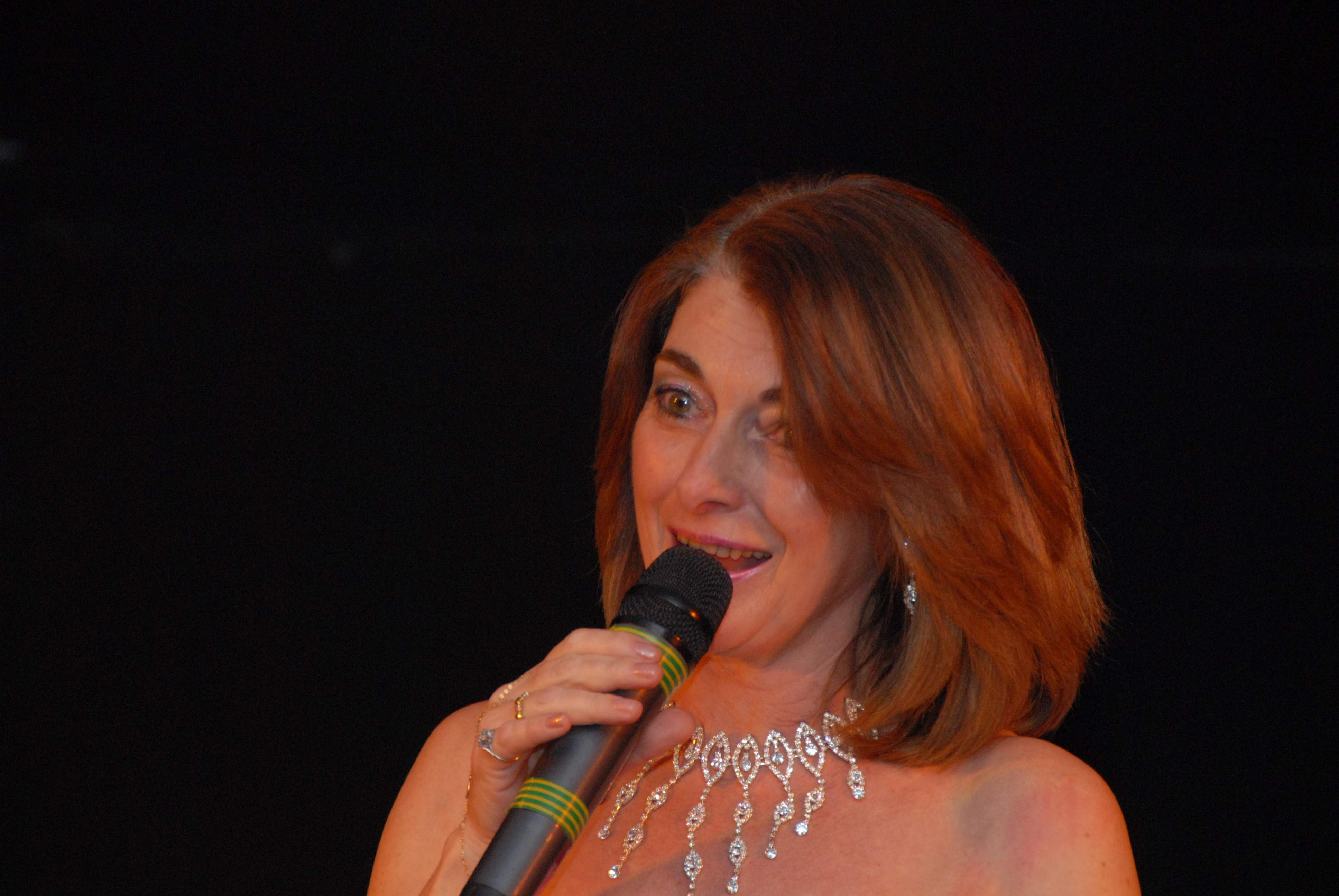 Jany chanteuse de variété propose : Concerts - Animations Dansantes.