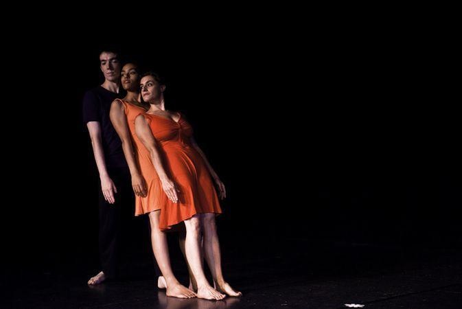 Danse contemporaine cours r guliers pour adultes tous for Danse passer sous une barre